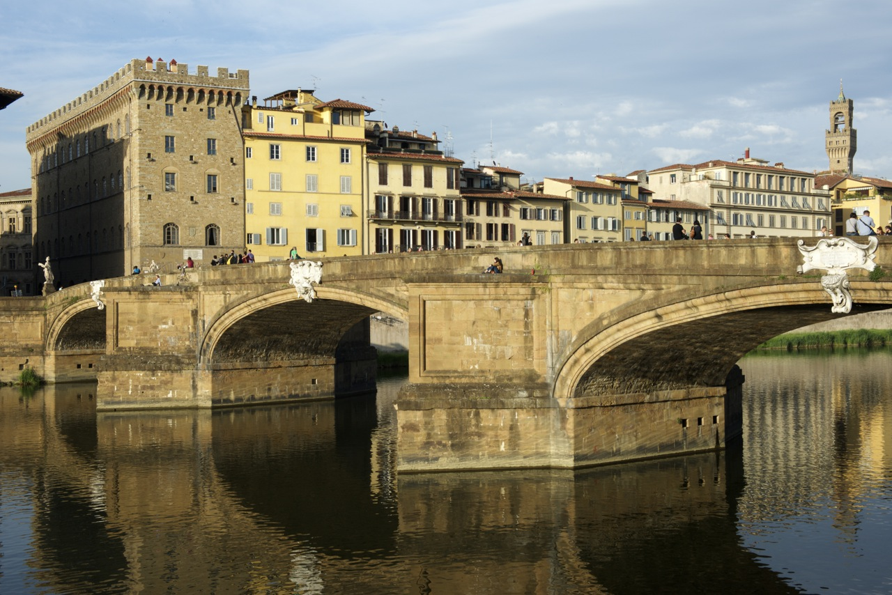 O palácio nas margens do rio Arno de Florença