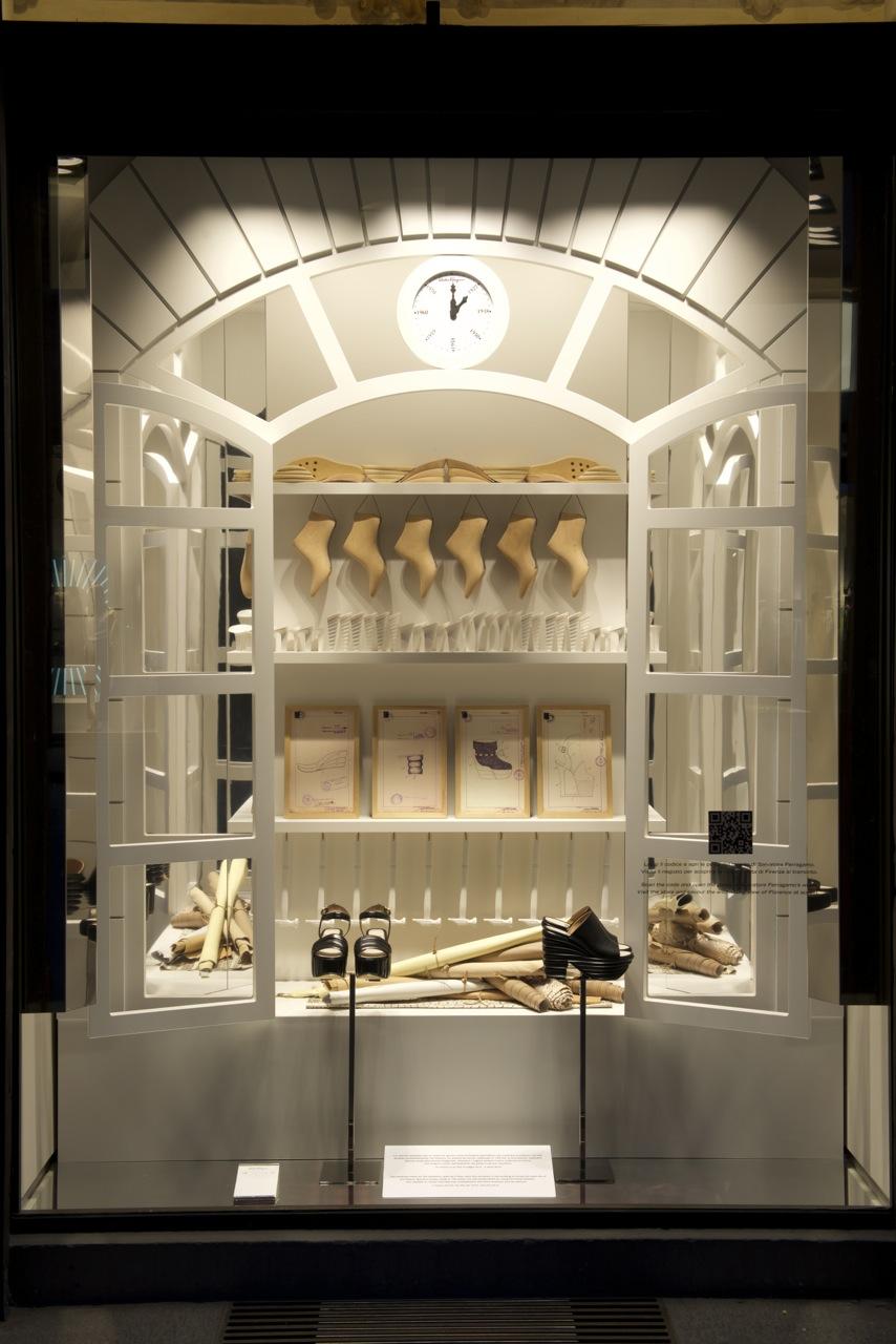 As vitrines que comemoram a abertura da nova exposição!