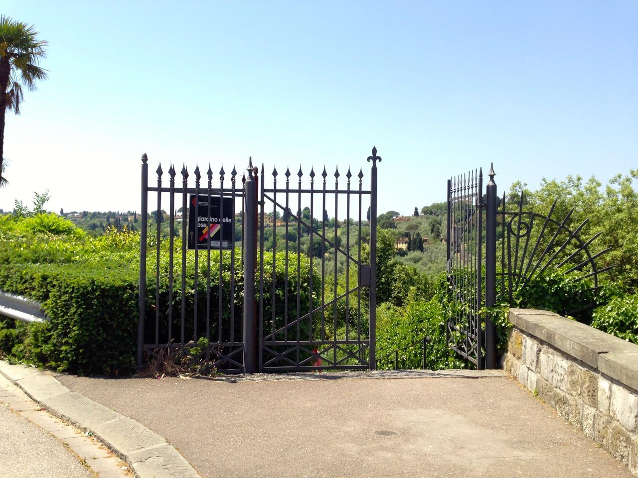 O portão de entrada do jardim