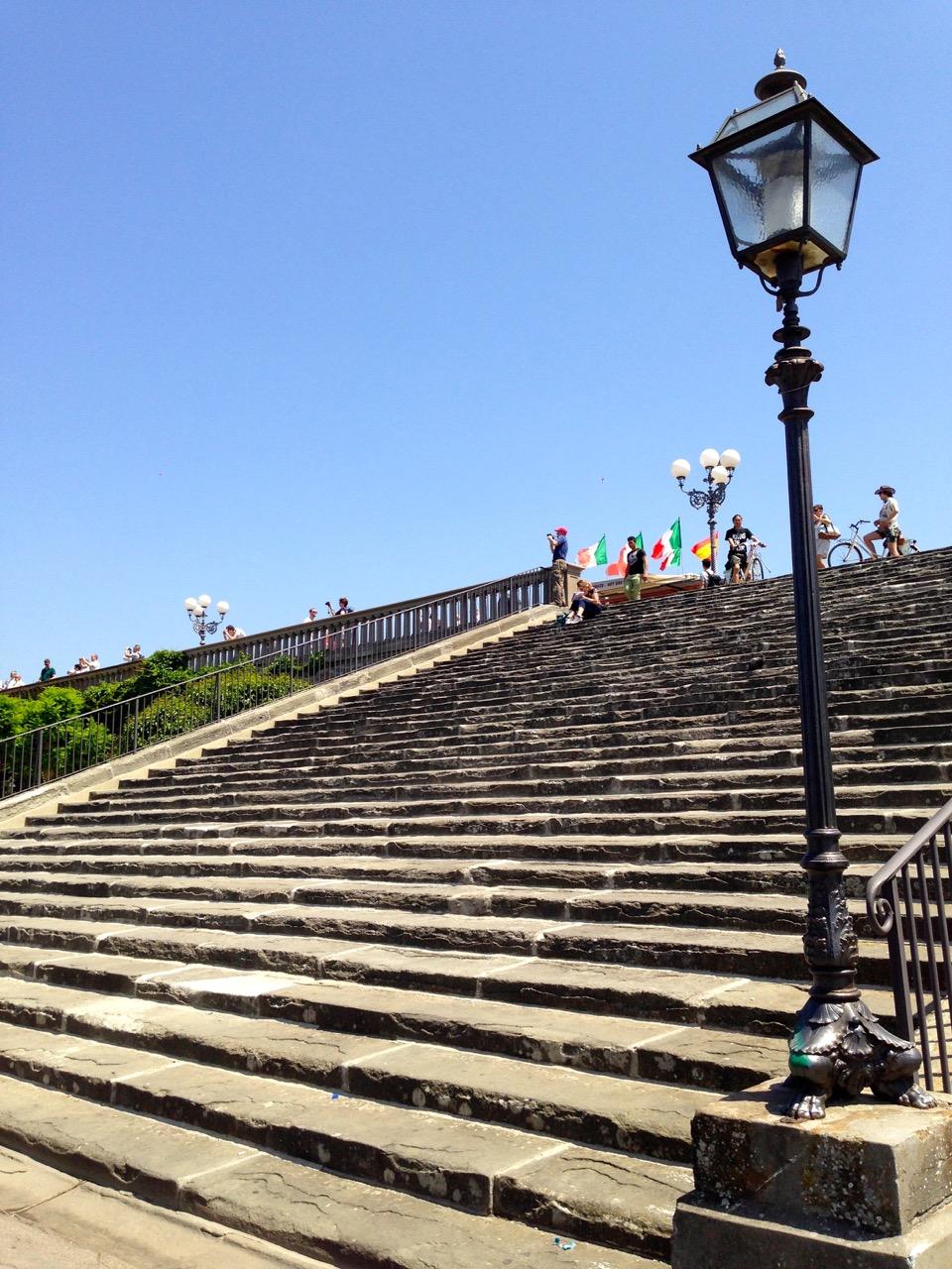 As escadas que levam do Piazzale ao portão da entrada do Jardim das Rosas