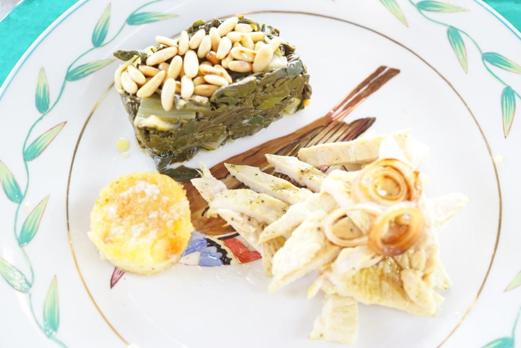 Peito de frango com curry, espinafre e um suflé de batata doce.