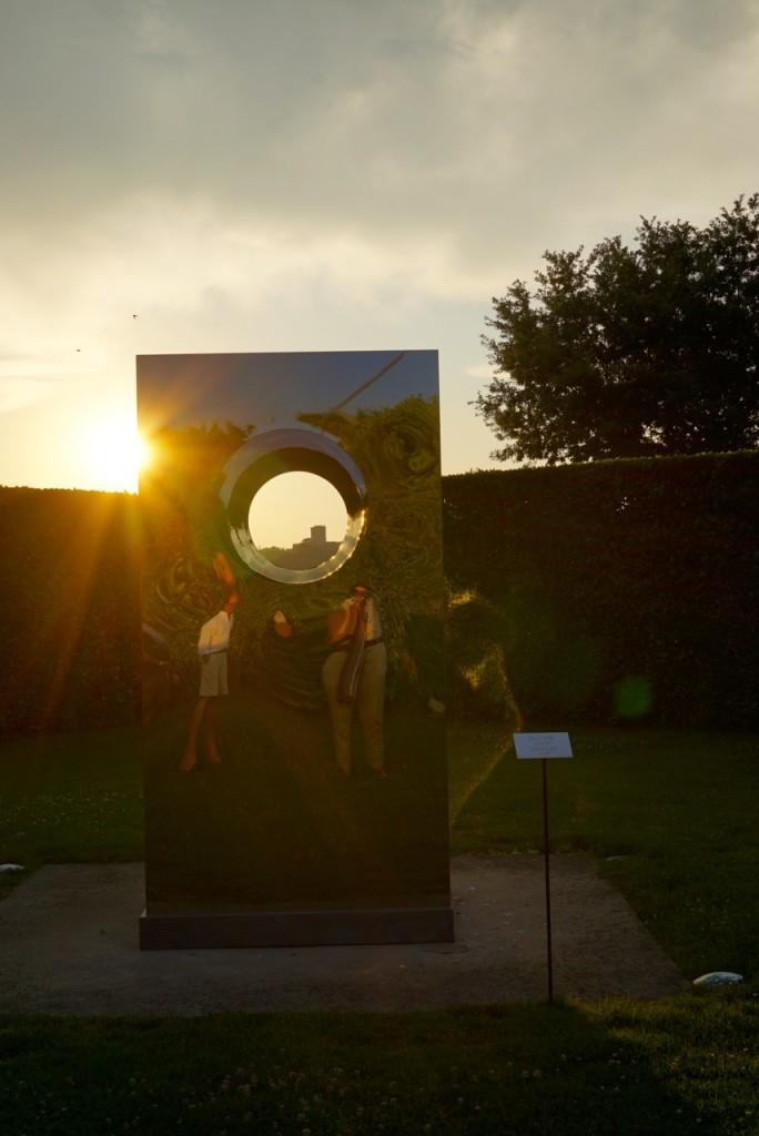 Esta peça deslumbrante de Anish Kapoor 1998 emoldura a Torre del Sole.