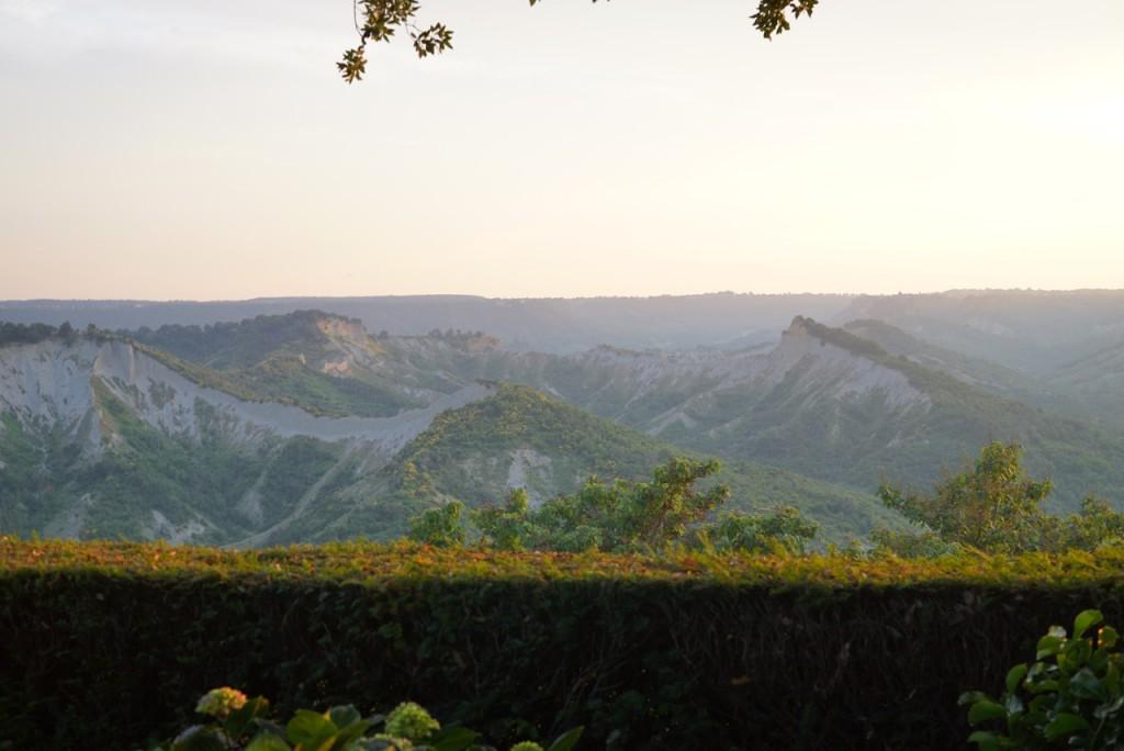 """As """"calanche"""" são formações de erosão natural em vales como este no confim entre a Toscana e a Umbria. Este é património histórico da UNESCO."""