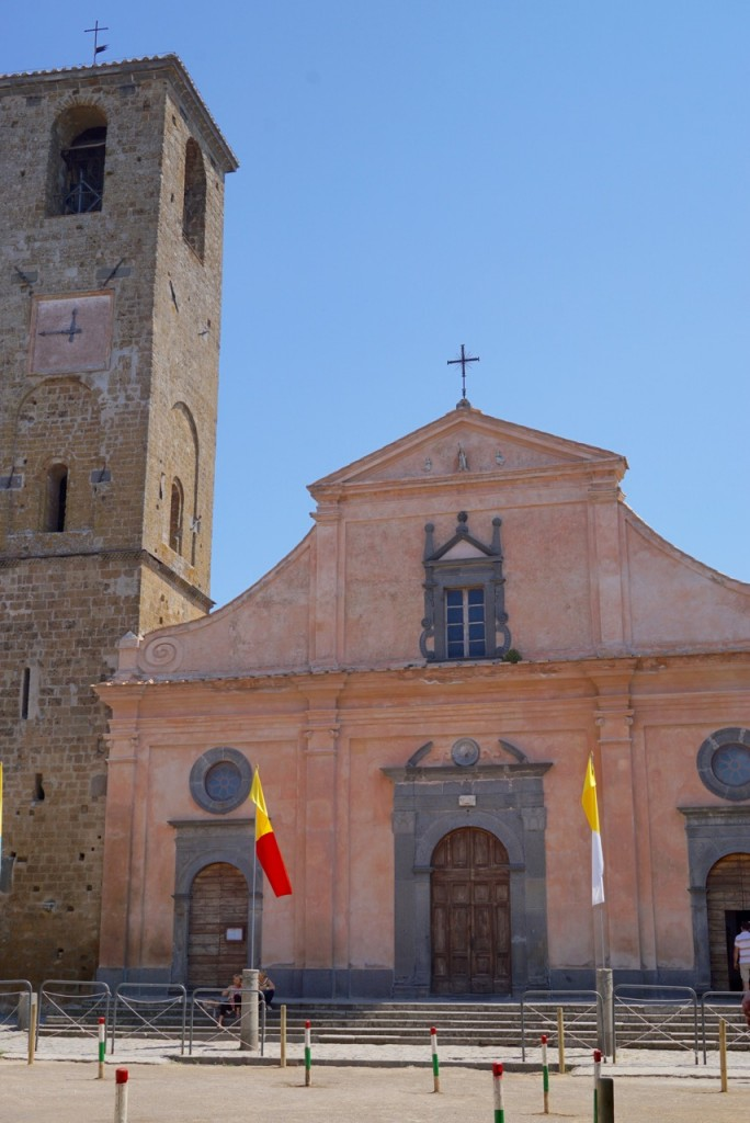 A igreja e praça principal onde neste dia teria-se uma corrida de burricos! Tradição antiga! Tipo un palio di Siena