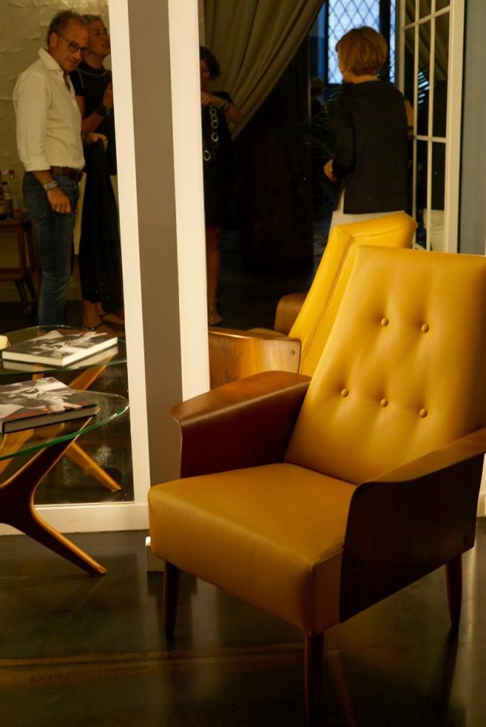Todos os móveis e peças de decoração foram garimpados minuciosamente pelo casal! São lindos e estão à venda.