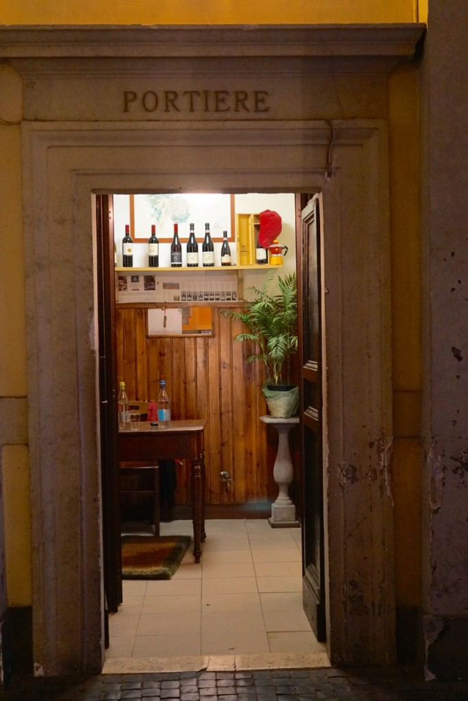 Saindo por uma portinha lateral, vemos a salinha do porteiro, que na Itália mora no prédio. Sempre tem cheiro de comida!!