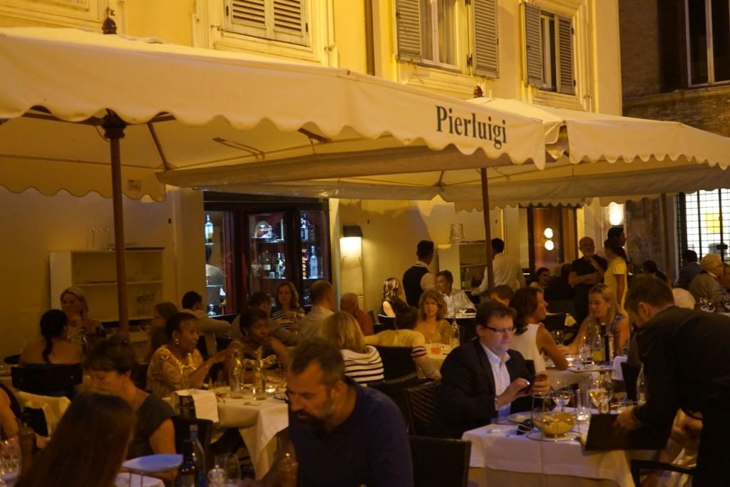Há uns 20 metros da loja fica um dos restaurantes mais famosos de Roma, Pierluigi. Tem um ótimo peixe!! Adorei o antipasto caldo!