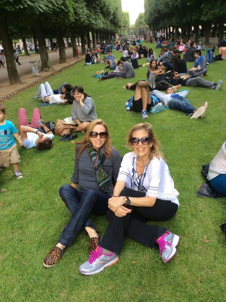 Descansando no Jardin Luxemburgo com minha companheira de viagem, Lea Kaplan