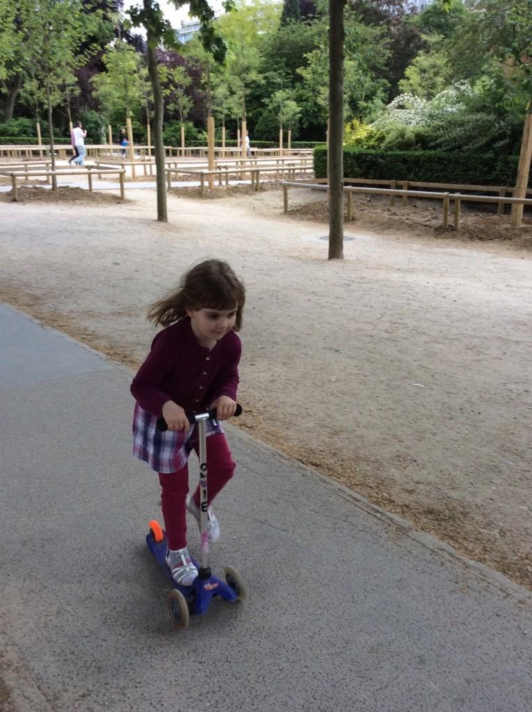 Todas as crianças francesas tem patinete e vários adultos também!