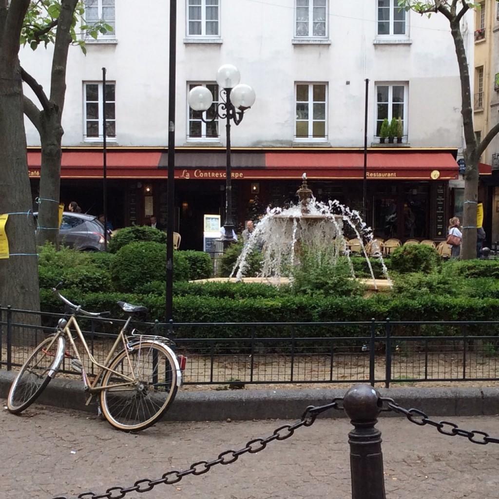 Passeio na Place de la Contrescarpe e rue Mouffetard, onde comi a melhor quiche Lorraine da minha vida e esse pães de basílico e marcarpone!