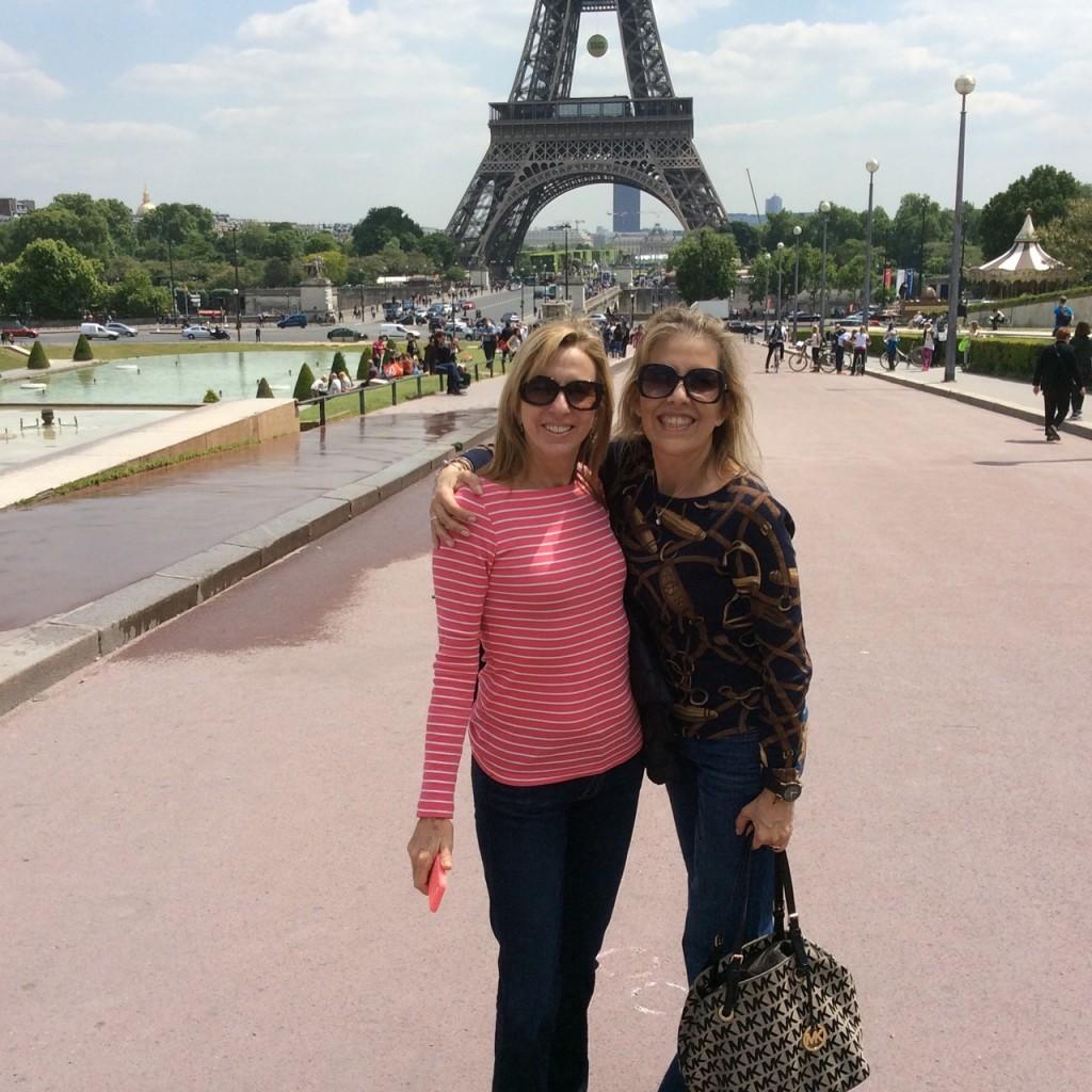 As amigas se despedem de Paris