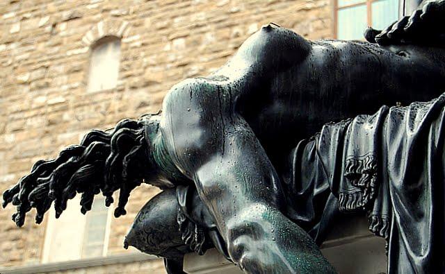 Detalhe do corpo de Medusa, já decapitada pelo herói Perseu. Observem, no canto superior direito, os dedos dos pés de Perseu pisando o corpo dela. No cristianismo, também será recorrente a imagem de Nossa Senhora pisando, subjugando serpentes.