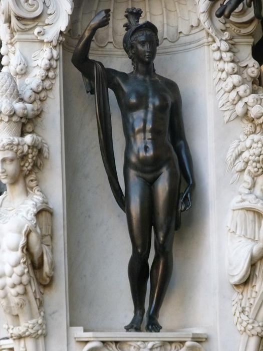 Palas Athena (Minerva) deveria estar portando sua lança, símbolo da luta (a ser empreendida quando não resta outra alternativa) pela Justiça.