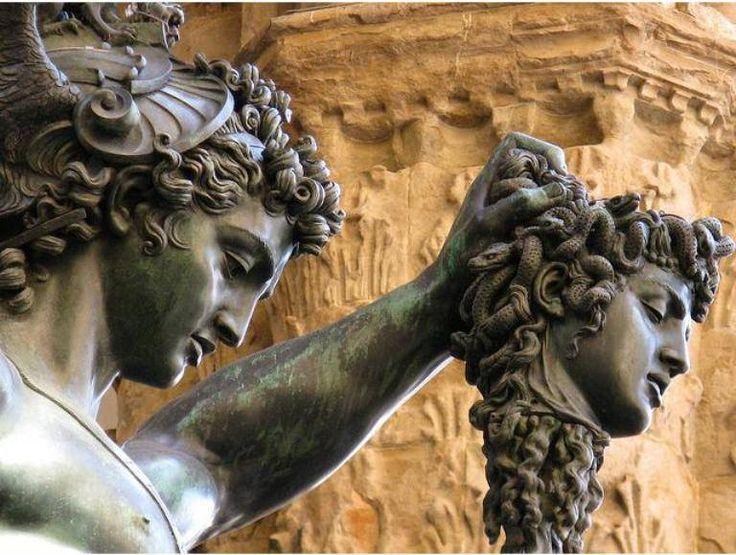 Perseu e a cabeça da Medusa (1545-1554), escultura em bronze por Benvenuto Cellini. Loggia dei Lanzi, Piazza della Signorina, Florença. Observem a semelhança nos traços faciais de ambos: fitar Medusa é encarar nossas próprias motivações interiores (são lícitas, válidas, justas?), daí o risco de petrificar-se.
