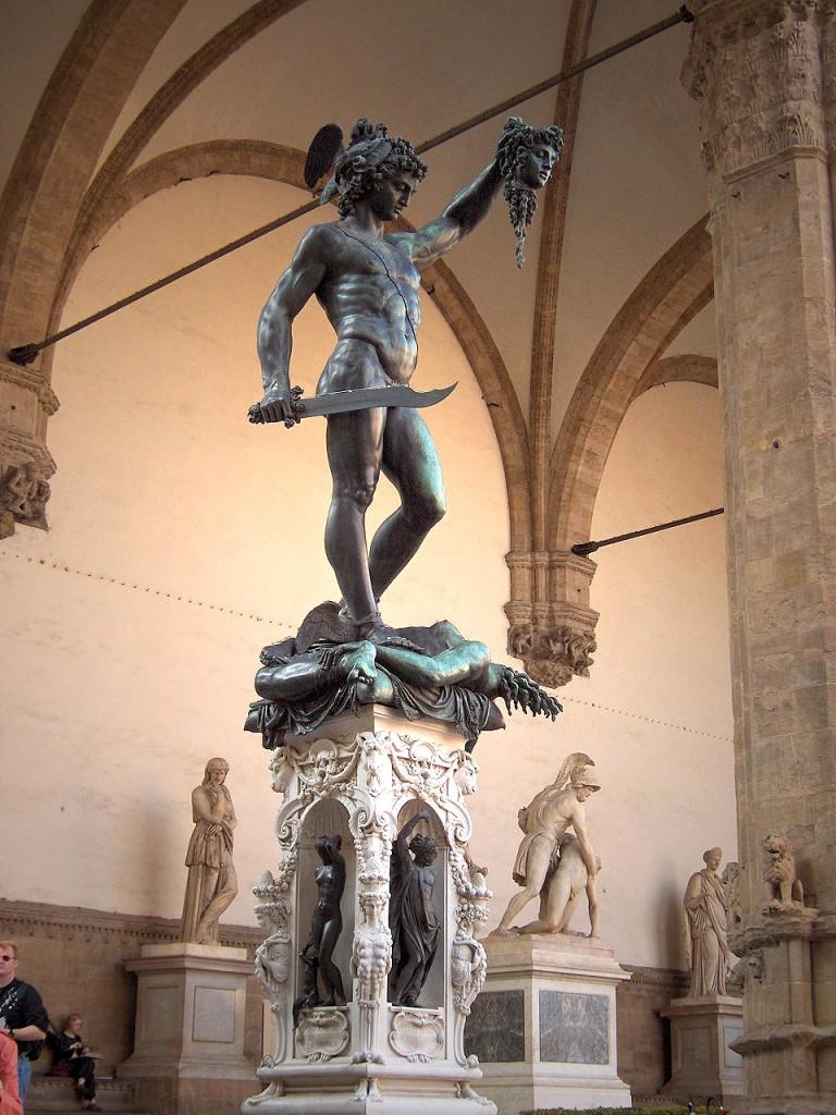Na base da obra, temos as esculturas de quatro deuses gregos: Zeus (Júpiter) e seus filhos: a deusa da sabedoria e justiça, Palas Athena (Minerva), o mensageiro dos deuses, Hermes (Mercúrio) e a deusa do amor e da beleza, Afrodite (Vênus).