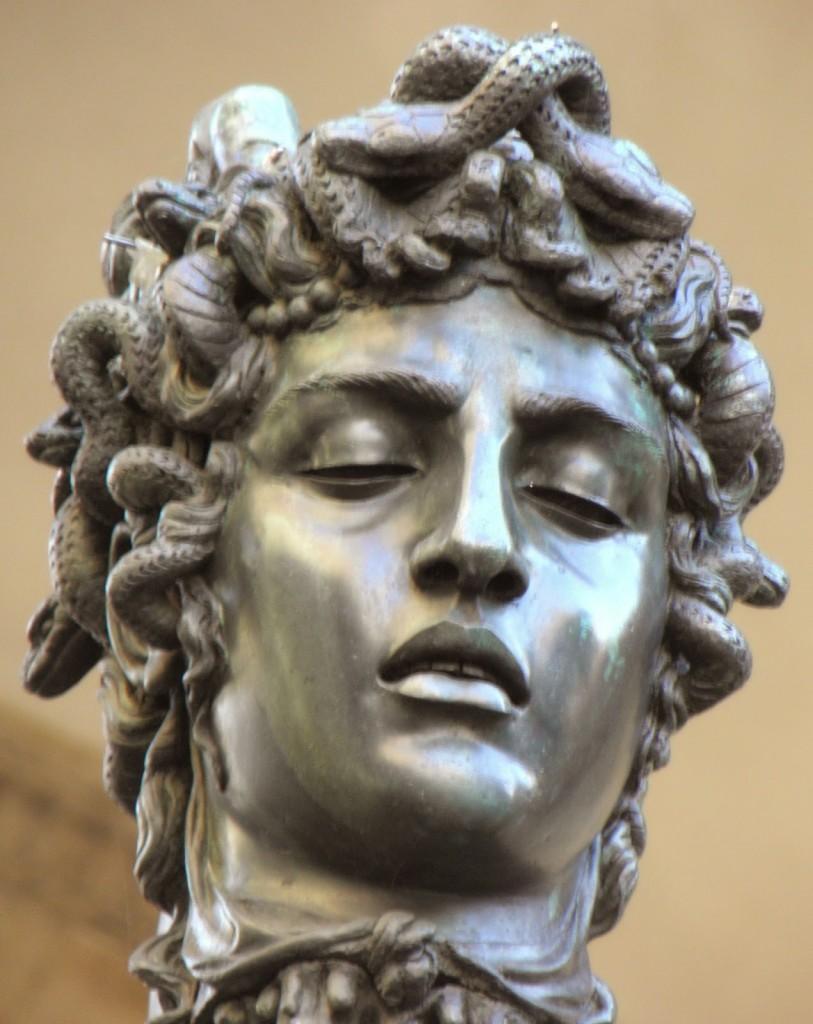 Detalhe da cabeça da rainha das Górgonas, Medusa.