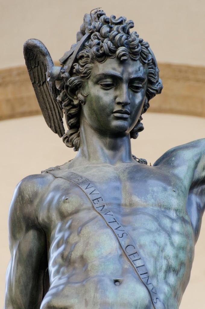 No torso do herói, uma faixa transpassada com a grafia em latim do nome do escultor: Benvenutus Cellinus.
