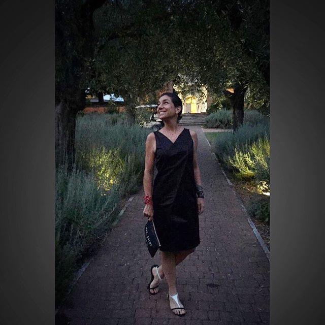 Vestido Prada, bolsa Chez Dédé, rasteirinha Corello, bracelete Hector Albertazzi