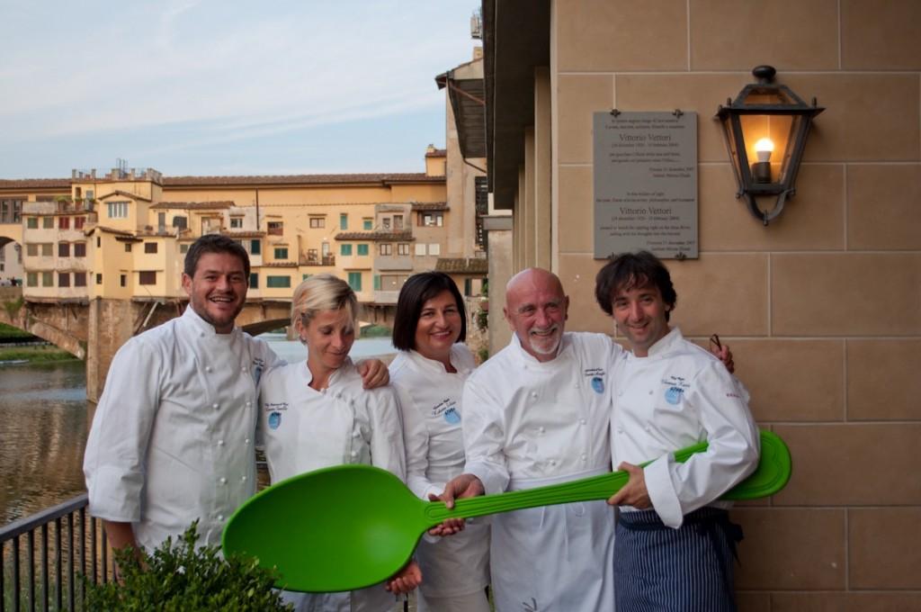 O chefs convidados para a noite Spoon no restaurante Borgo San Jacopo.  A esquerda o anfitrião, o chef Peter Brunel