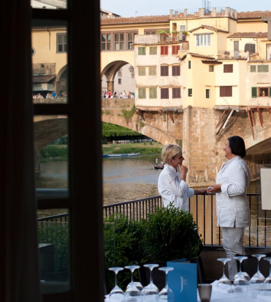 Uma das mesas, são só 50 convidados, foi posta no terraço com vista à Ponte Vecchio.