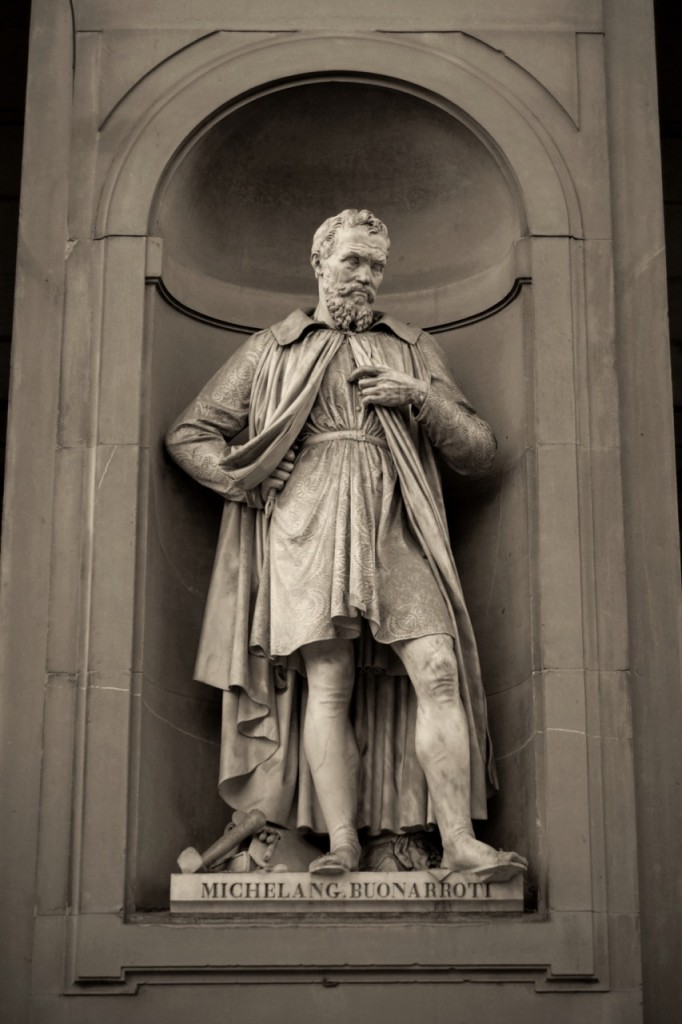 Escultura de Michelangelo por Emilio Santarelli. Piazzale degli Uffizi, Florença.
