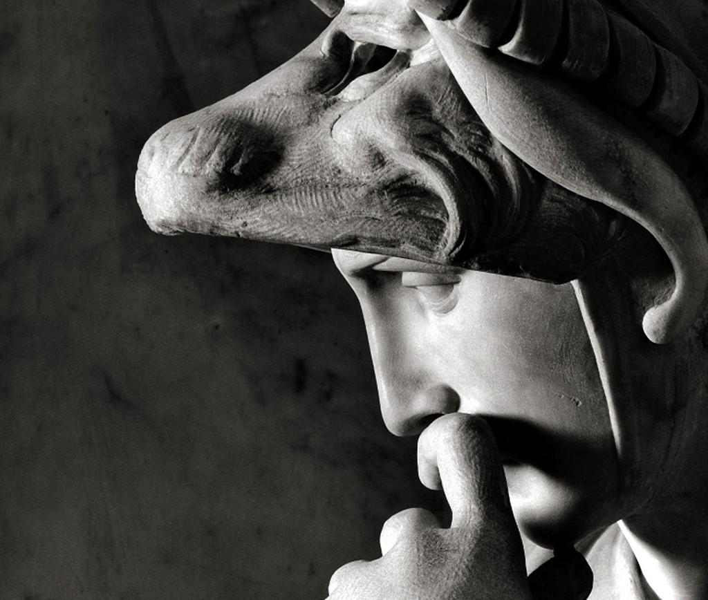 """Buonarroti Perfil de Lorenzo. A fé de Michelangelo na imagem do homem como veículo supremo de expressão deu-lhe um sentido de afinidade com a escultura clássica que não seria superado por nenhum outro artista do Renascimento, afirmam H.W. Janson e Anthony F. Janson em """"Iniciação à História da Arte""""."""