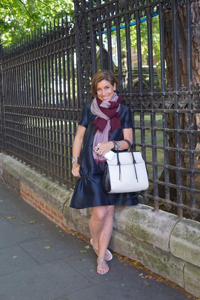 Vestido COS, bolsa Elena Ghisellini e pulseira Lygia Durand.