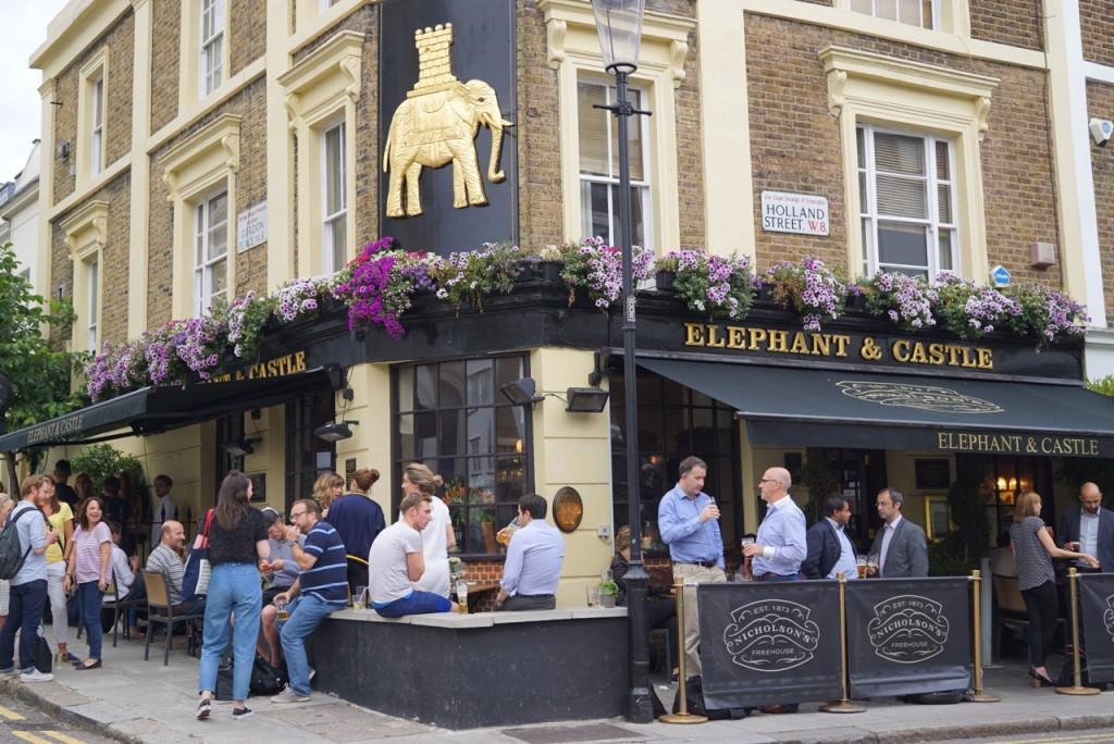 E dá na Holland Street onde tem este pub e...