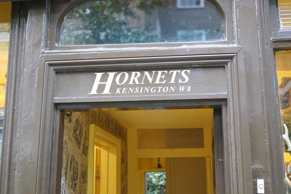 Onde encontrei uma ruela onde passa-se só a pé com esta loja vintage para homens!!