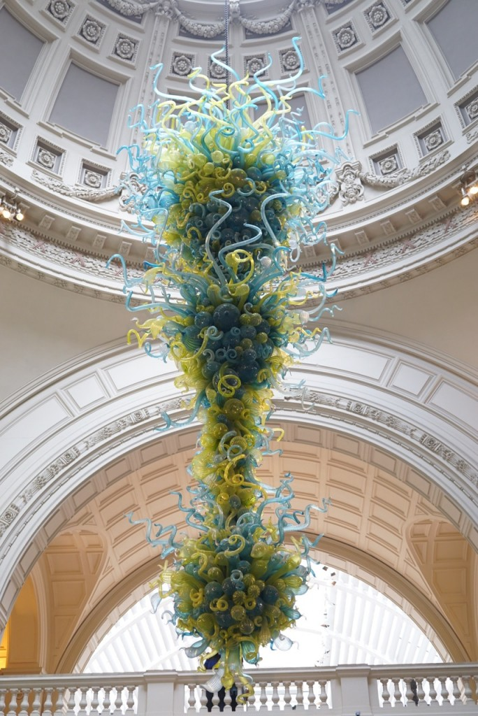 ...com o candelabro de Dale Chihuly