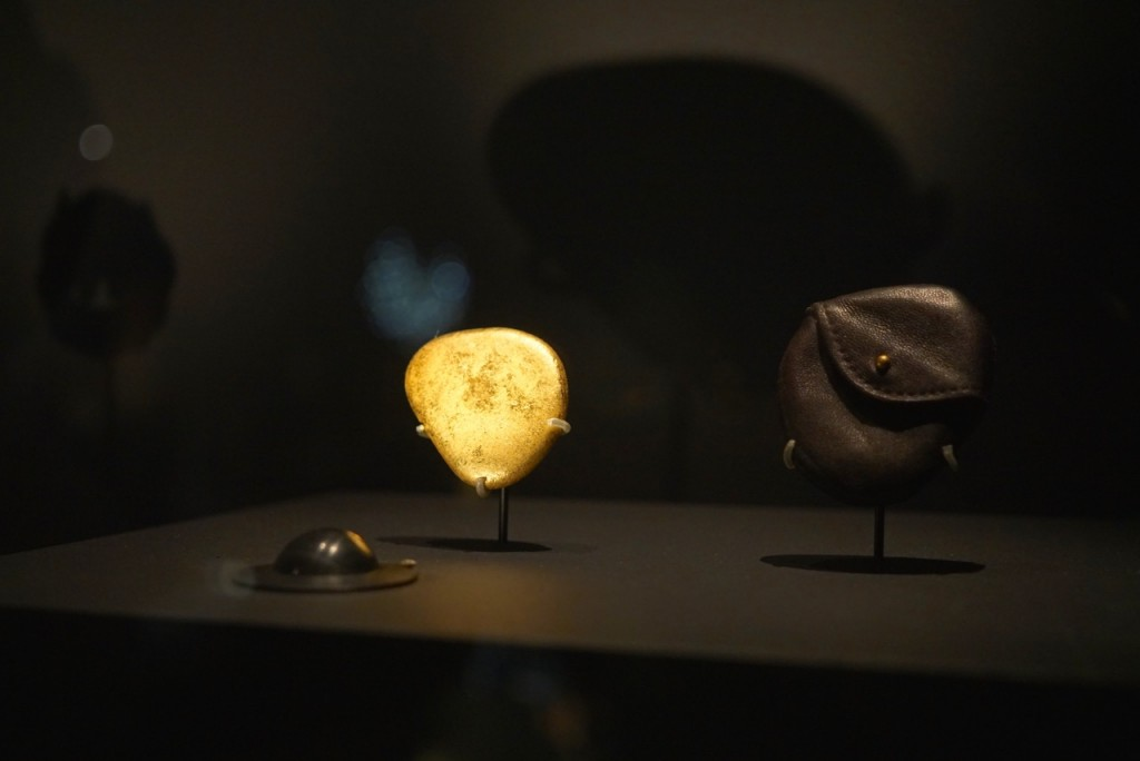 E uma pedra perfeita para fazer pular na água ganha tratamento de luxo com banho de ouro e recipiente de couro.  Algo simples embelezado para ser jogado fora, talvez, em uma ocasião muito especial!