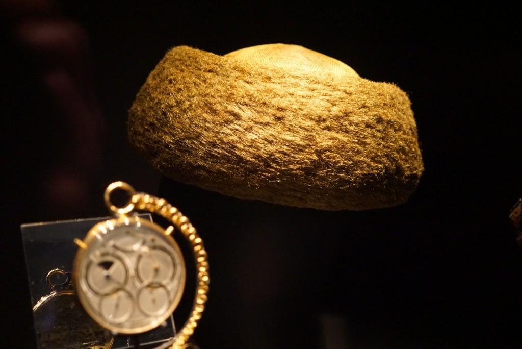 O chapéu feito com 160 quilómetros de fios de ouro que demoraram 2500 horas para tecer!