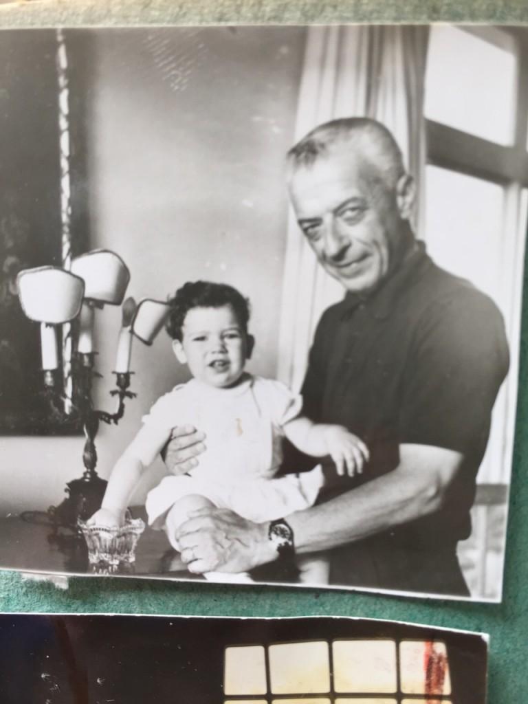 O Nonno Michele Pascolato. Pai de minha mãe. Ele me contou que esta meche de cabelo preto foi onde uma bala com o seu nome raspou ele durante a guerra! Não entendia como a bala podia ter o seu nome!! rssss!