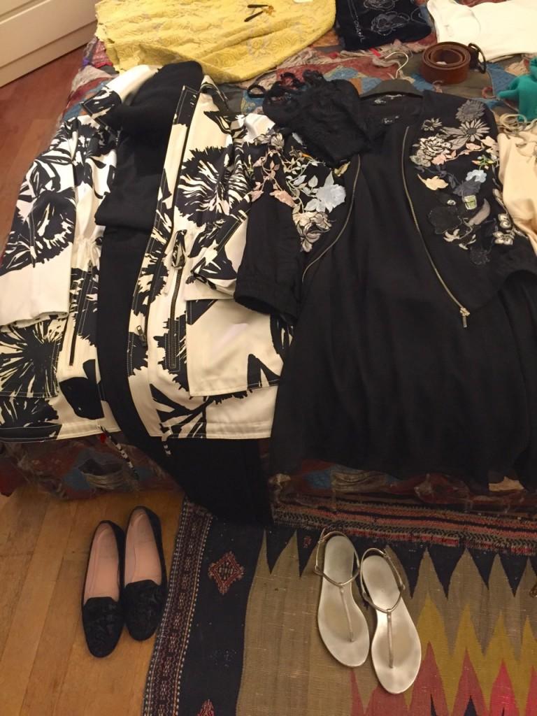 Os looks em branco e preto compartilham a calça e os sapatos.