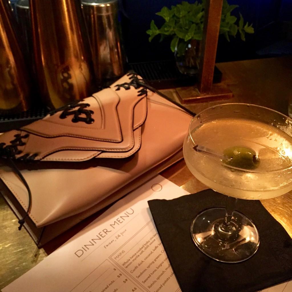 Começamos bem... Martini Filthy (com azeitona amassada! Making of no vídeo)