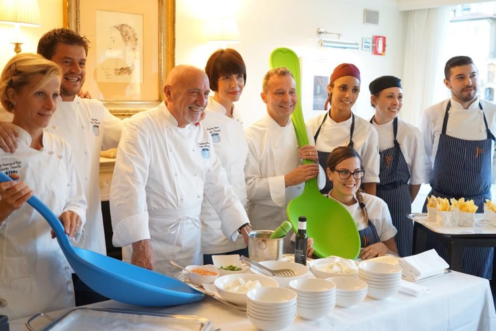 Os chefs e sous-chefs!! À esquerda a chef de doces, Loretta Fanella, daí chef do Borgo San Jacopo, Peter Brunel, a seguir um ex-crítico da Michelin e chef-aspirante Fausto Arrighi ao lado de outra jornalista que ajudou na cozinha neste dia e Oliver Glowig, o chef convidado nesta edição do Spoon.