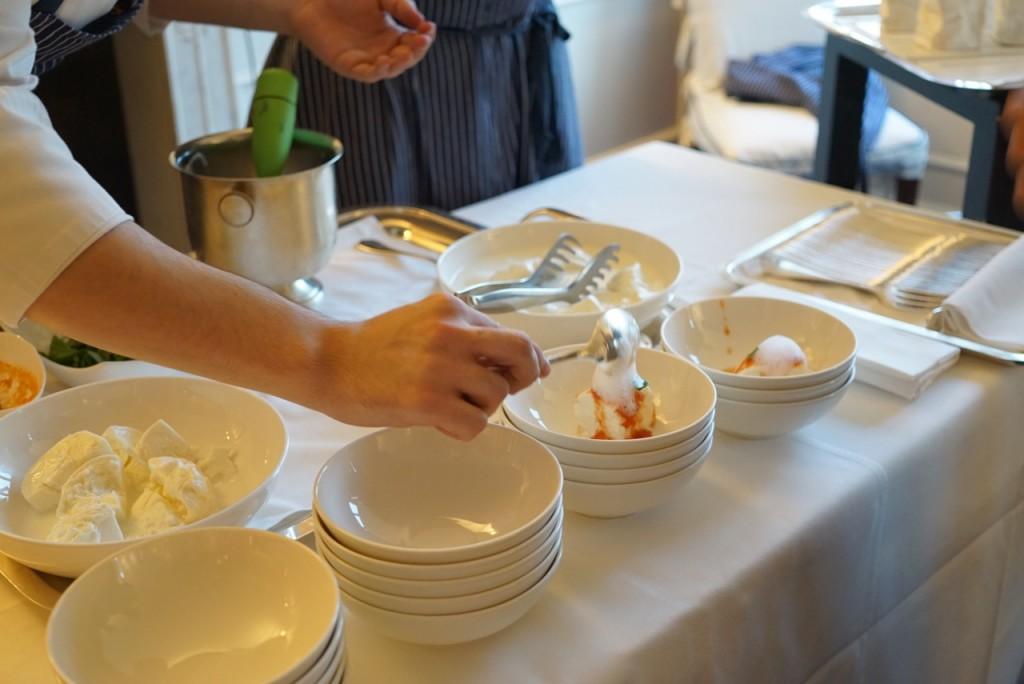 Mozzarella com molho de tomate fresco, mangericão, azeite e espuma de ar de tomate...não me perguntem... mas estava ótimo!  Além do ótimo champagne!  Tudo está em maior detalhe no vídeo abaixo.