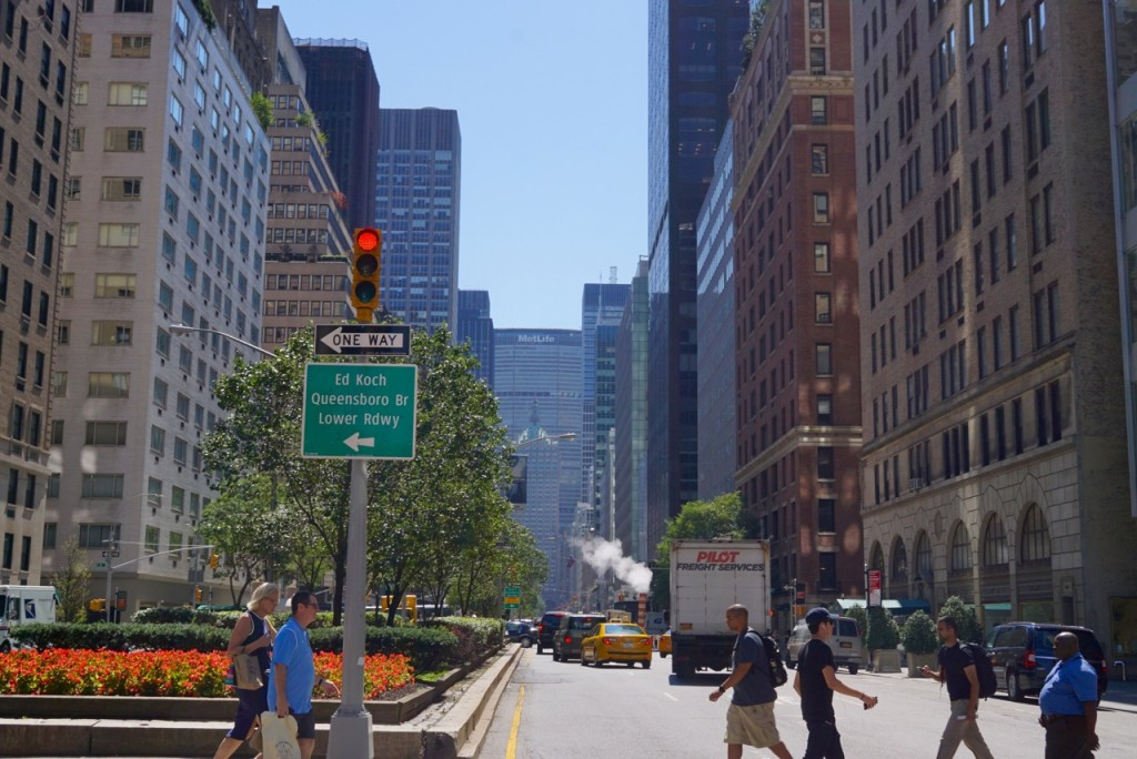 Cruzando a Park Avenue para ir à loja de departamentos, Bloomingdale's
