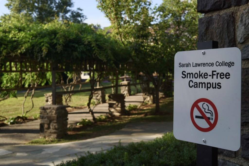 Não pode-se fumar em nenhum lugar do campus. Nem nos jardins.