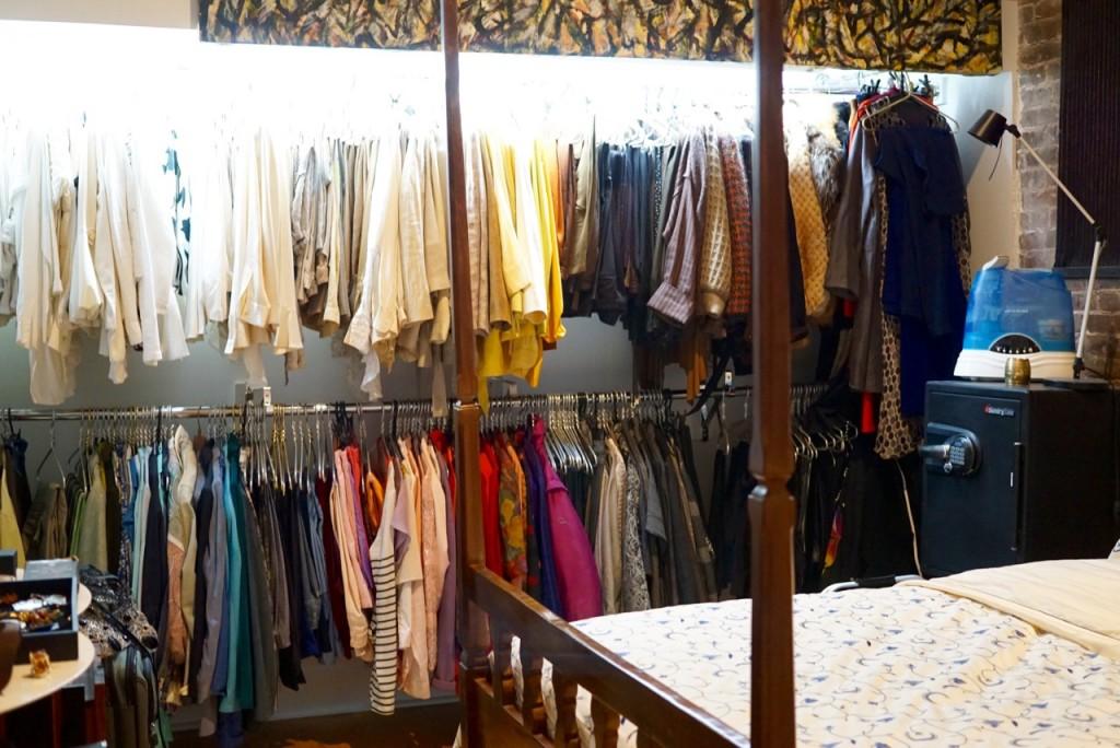 Adorei o quarto com o armário aberto, iluminado e organizado por cor!