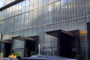O Hotel Baccarat na 53rd St.  A fachada é toda de cristal.