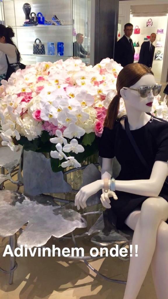 No caminho paramos na Dior. Queria experimentar o óculos que acho lindoooooo..... mas caríssimo!!