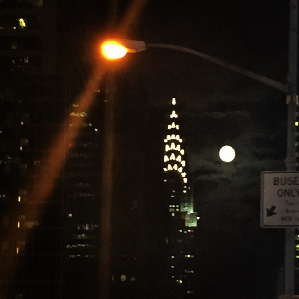 E lua de sexta feira!! When you get caught between the moon and New York City.
