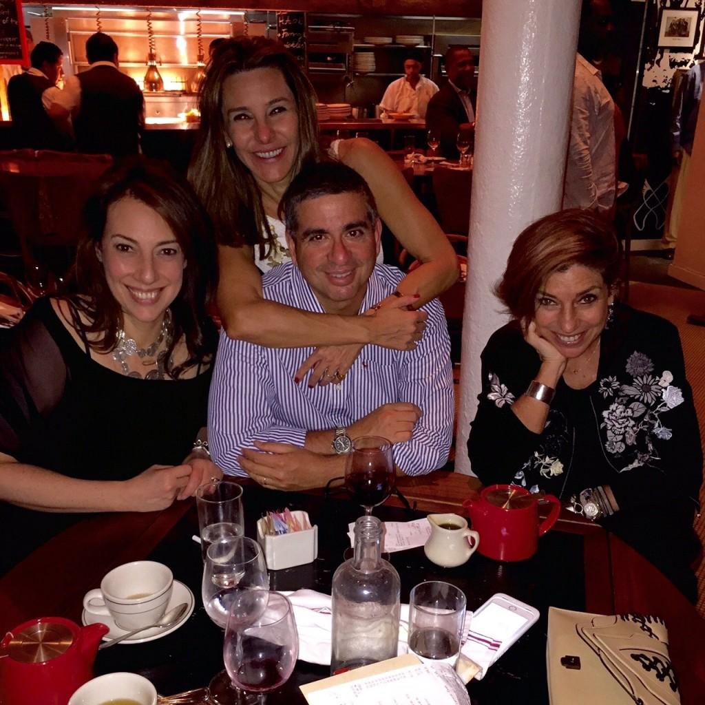 Com Lucia Celinha e Joey no restaurante Red Rooster.
