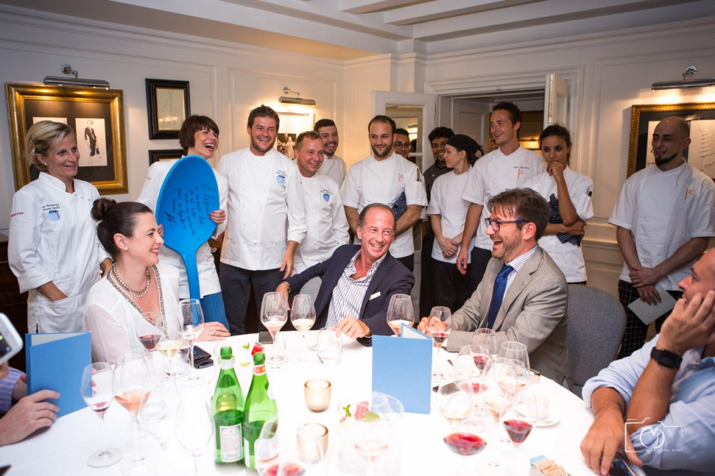 Depois do jantar todos os chefs e sous-chefs passam para comprimentar. Durante o jantar com cada prato vem o responsável explicar o prato.