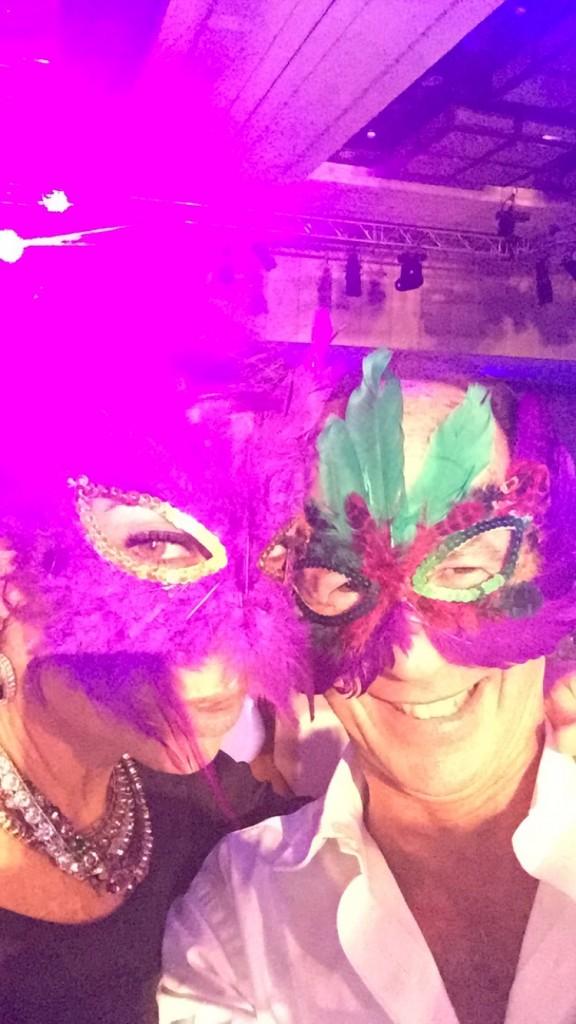 De repente apareceram máscaras de plumas lindas e