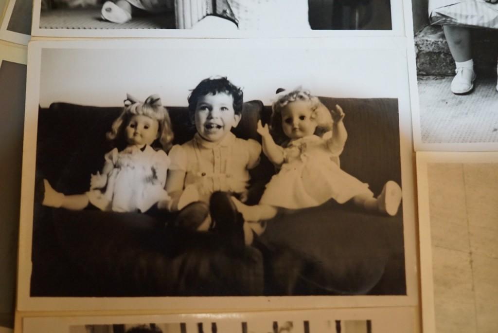Quando meus pais viajavam por mais tempo, a Blanche mandava fotos minhas com as minhas bonecas. Quem lembra? Eram duras e os dedos eram todos unidos!