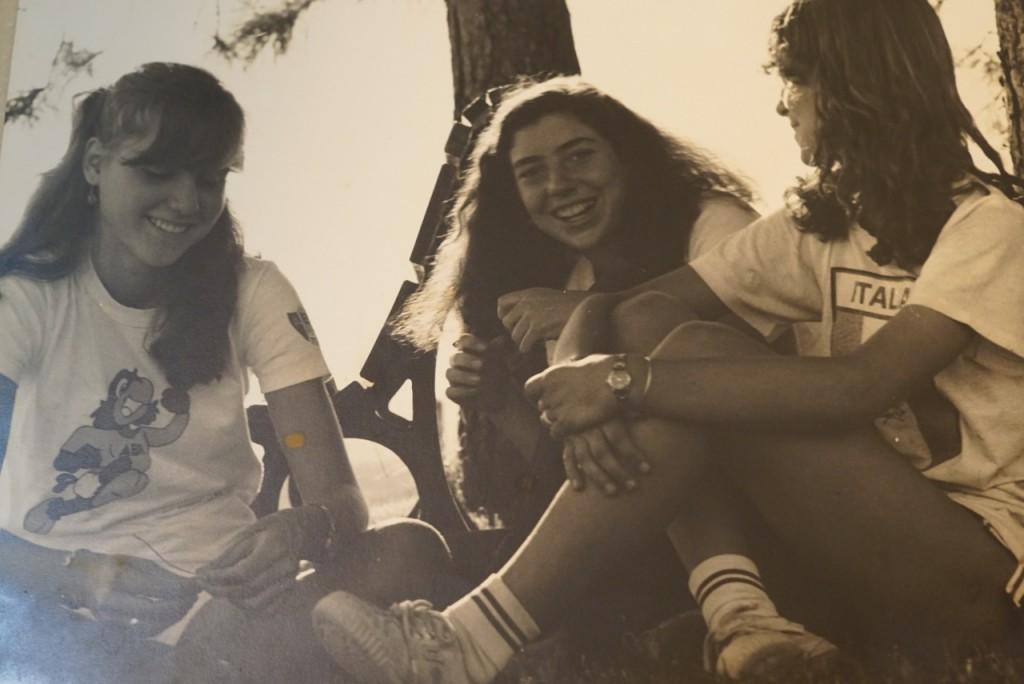 E de repente, jogado dentro do álbum, duas fotos dos anos 80. Eu no meio (na minha fase mega) com as amigas Maria e Vittoria.