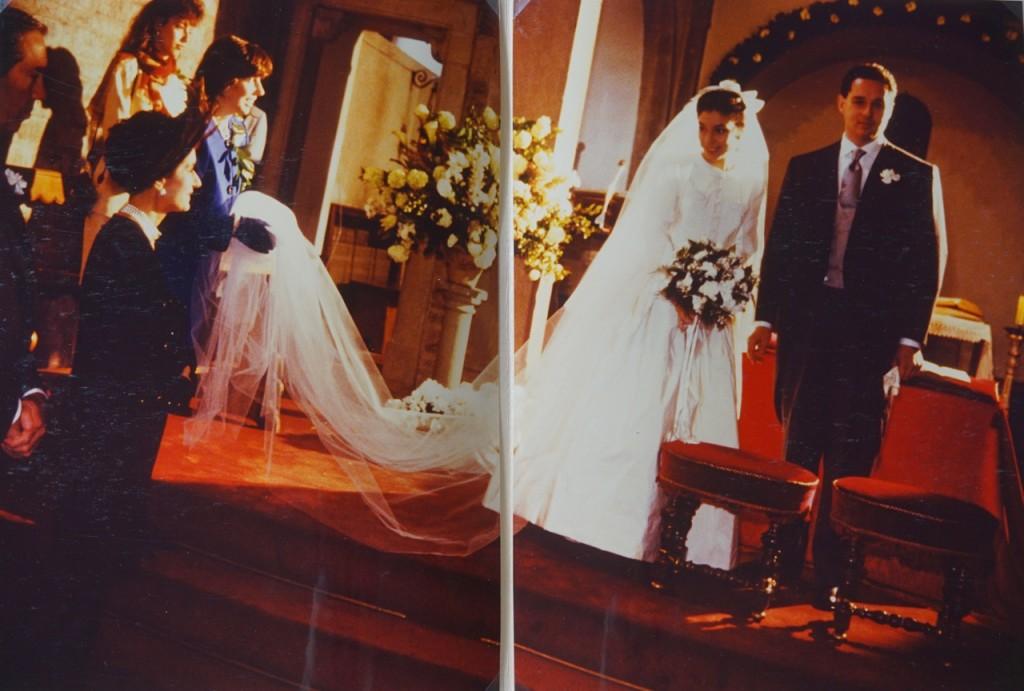 Acho a aliança nesta foto maravilhosa! Minha irmã segurando o meu véu e eu olhando a minha mãe... todas unidas.