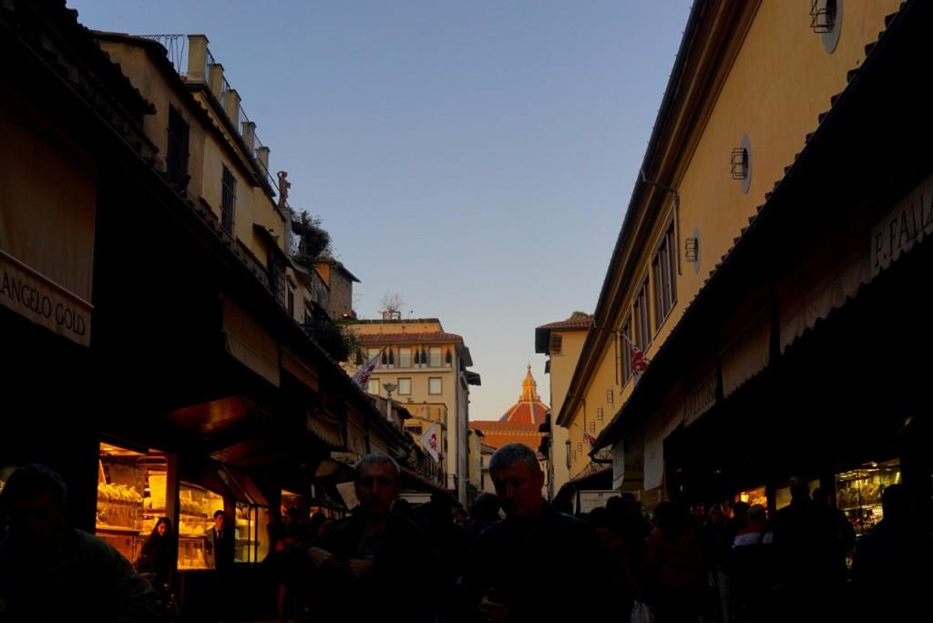 Estacionamos e cruzamos a Ponte Vecchio a pé bem quando estava se pondo o sol...